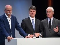 Ein Trio in Bedrängnis (von links): Die Vorstandsvorsitzenden Dieter Zetsche (Daimler), Harald Krüger (BMW) und Matthias Müller (Volkswagen).