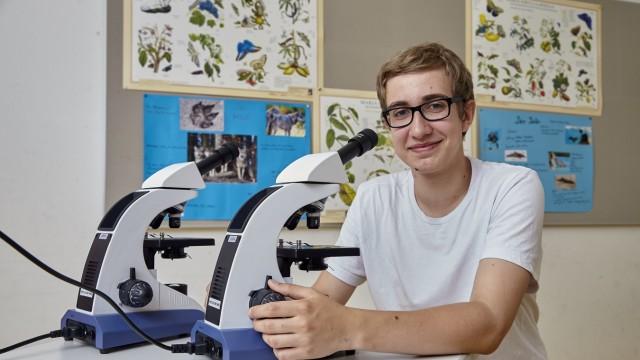 Gymnasiast am mikroskop der bio olympionike bad tölz