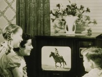 Familie sieht fern; jetzt Liebeserklärung Fernsehen