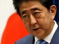 FILE FOTO: Japan's Prime Minister Shinzo Abe attends a news conference after close of regular parliament session in Tokyo