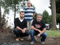 Personen, die bei einem Autounfall eine Person aus einem brennenden Fahrzeug gerettet haben. zwischen Oberschleißheim und Feldmoching auf der Staatsstraße 2342