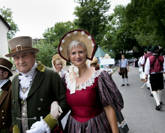 1200 Jahre Menzing, historischer Festzug mit Trachtengruppen
