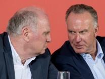 FC Bayern-Präsident Uli Hoeneß und Vorstandsvorsitzender Karl-Heinz Rummenigge auf einer Pressekonferenz 2017.