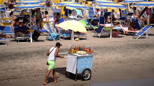 Pauschalreise - am Strand von Ostia, Rom