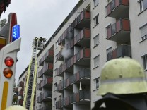 Bogenhausenerin will Wespennest abfackeln und verursacht Brand