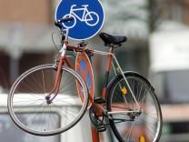 Hochgehängtes Fahrrad