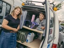 München, Neubiberg, Mutter-Ralley nach Tadschikistan, Sohn hat als Projektarbeit eine Plugg-In-Box gebaut