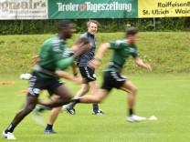 Janos Radoki Trainer SpVgg Greuther Fürth beobachtet Laufeinheit