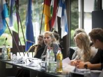 Puchheim: Schüler vom Gymnasium imitieren eine Stadtratssitzung / Sitzungssaal Rathaus