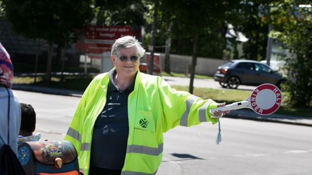 Schulweghelferin Kristina Hebert, die aus gesundheitlichen Gründen aufhören muss, an der Hechtsee- / Kirchseeonerstraße
