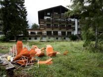 Hotel Lederer (Bad Wiessee am Tegernsee) direkt am Seeufer. Das Hotel ist längst außer Betrieb, wird demnächst abgerissen und war Schauplatz der Verhaftung  von Röhm durch Hitler.