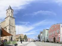 Stadtplatz und Katholische Stadtpfarrkirche Maria Himmelfahrt in Freyung Niederbayern Bayern Deut