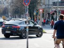 stefan zeitz de 01 04 2017 Berlin Deutschland GER Yorkstrasse Ecke Mehringdamm rote Ampel SUV