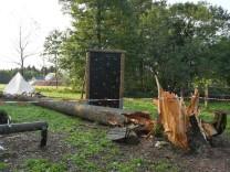 Unwetter über Zeltlager - Junge von Baum erschlagen
