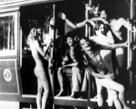Splitternackte Hippies fahren in San Francisco