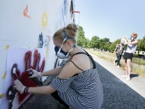 Kunstaktion am Ratzingerplatz (Graffiti-Aktion, bei der das ehemalige Trambahn-Wartehäuschen neu ge- staltet wird)
