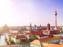 berlin panorama mit blendenfleck regenbogen