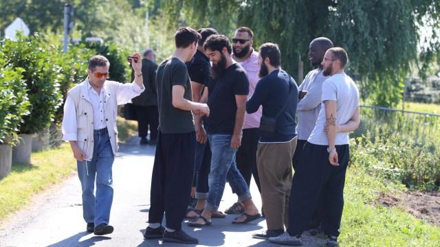 Duesseldorf Prozesszuschauer vor dem Gerichtsgebaeude Strafverfahren gegen Sven L wegen Terrorismu
