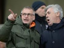v li Chefscout Michael Reschke FC Bayern Trainer Carlo Ancelotti FC Bayern im Gespräch auf de