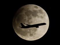 Landeanflug vor partieller Mondfinsternis