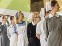 Grünwald, Historische Modenschau mit alten Schwesterntrachten in der Parkresidenz Helmine Held, aus Anlass 70 Jahre Bestehen