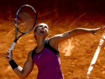 Bilder des Tages Sport Italian tennis player Sara Errani serves the ball to compatriot Camila Gior