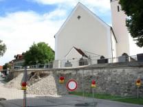 Die Mauerbauer von Traubing; An der eingestürzten Friedhofsmauer