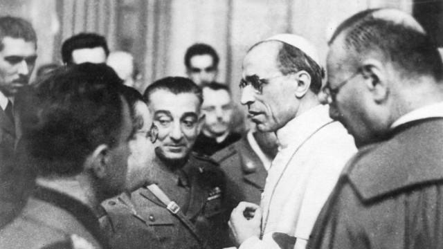 Papst Pius XII spricht mit Kriegsberichterstattern, 1942