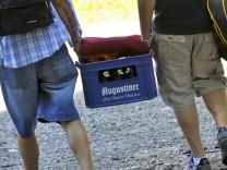 Junge Männer mit Bierkasten an der Isar, 2010