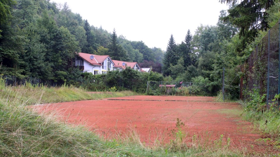 Streitfall TSV-Tennisplätze; Verwilderte Tennisanlage des TSV 1880 Starnberg