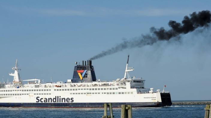 Die Fähre Kronprinz Frederik verlässt den Warnemünder Hafen Richtung Gedser nach Dänemark und stößt