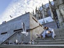Mann füttert Vögel an der Domtreppe am Kölner Hauptbahnhof Köln 23 10 2016 Foto xC xHardtx xFuture