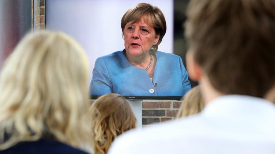 Bundeskanzlerin Merkel spricht mit YouTubern