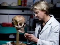 Dr. Constanze Niess, rekonstruiert das Gesicht einer unbekannten Toten, Frankfurt