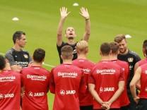 Heiko Herrlich Trainer Bayer 04 Leverkusen spricht vor dem Training stark gestikulierend zu seine