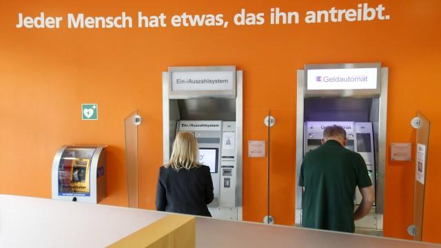 27 06 2017 Schlangen Multimedia Reportage Frau Mann hebt am Geldautomat Bargeld ab
