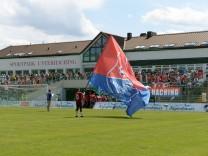 Fahnernschwenker mit der Fahne der SpVgg Unterhaching Fans Publikum Zuschauer Stimmung Atmosphä