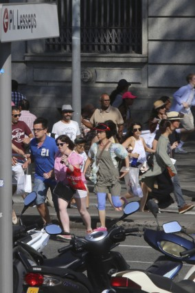 Kleintransporter fährt in Barcelona in Menschenmenge