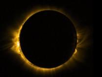 Sonnenfinsternis - Weltraumperspektive