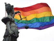 Justitia vor Regenbogenfahne