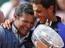 170612 PARIS June 12 2017 Rafael Nadal R of Spain and his uncle and coach Toni Nadal cele; Toni und Rafael Nadal nach dem Sieg in Paris