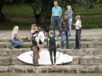 München: ISAR-HOCHWASSER / Illegaler Surfer wird von der Polizei vernommen