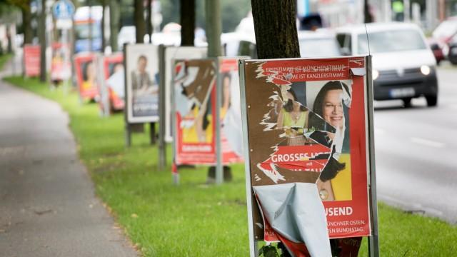 Ramponierte, zerrissene Wahlplakate von der SPD (Claudia Tausend) in der Steinsdorffstraße. Die von der CSU sind unberührt.