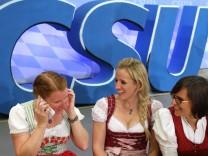 CSU Anhängerinnen feiern am Abend der Bundestagswahl, 2013