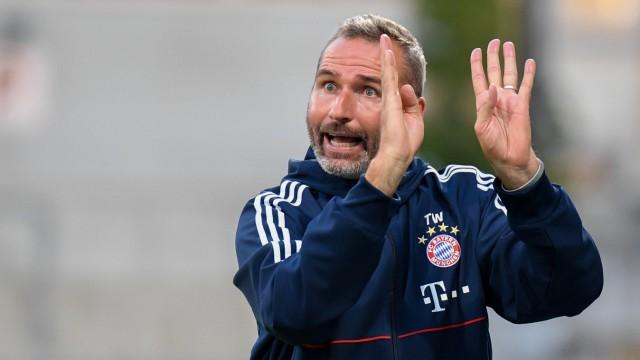 Trainer Tim Walter FC Bayern München gibt Anweisungen gestikuliert mit den Armen gestikulieren