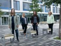 Mütter vorm Gymnasium München Nord, die für Ihre Kinder im Münchner Norden keinen Gymnasiumsplatz bekommen haben. Mütterinitiative