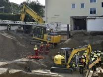 T42140 2017; Feuerwehreinsatz Traunsteiner Straße Bauarbeiter Kiesgrube