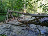 Defekte Holzbrücke bei Schneizlreuth