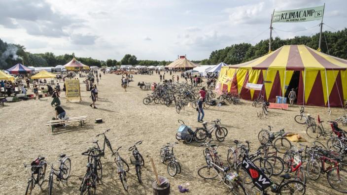 Überblick Klimacamp mit Zirkuszelt und Fahrrädern im Vordergrund Klimacamp im Rheinland Vorbereitun