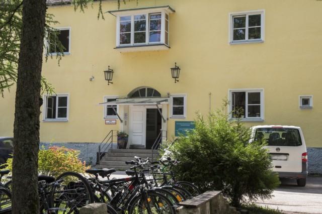 München, Grünwald, Klinik  Menterschwaige, Hart an der Grenze, Grenzgeschichten
